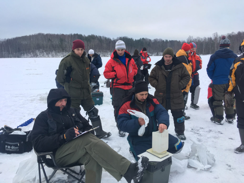 взвешивание улова на соревнованиях по ловле на мормышку со льда